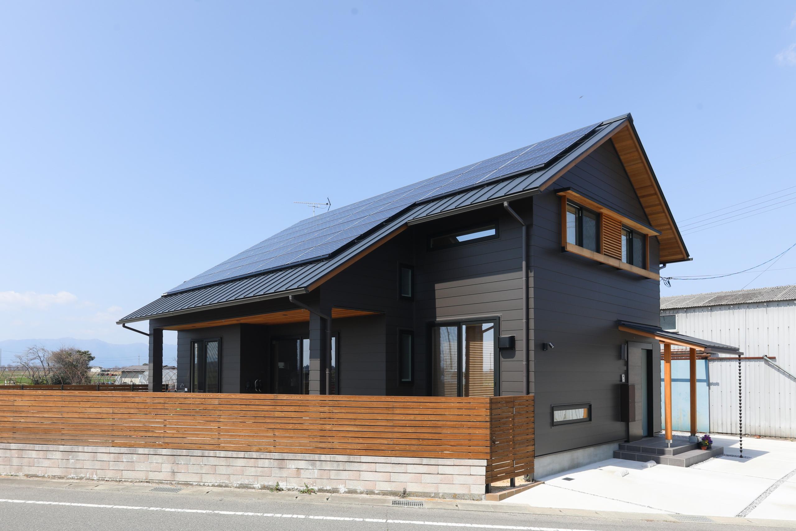 広い吹き抜けのある山小屋風の家
