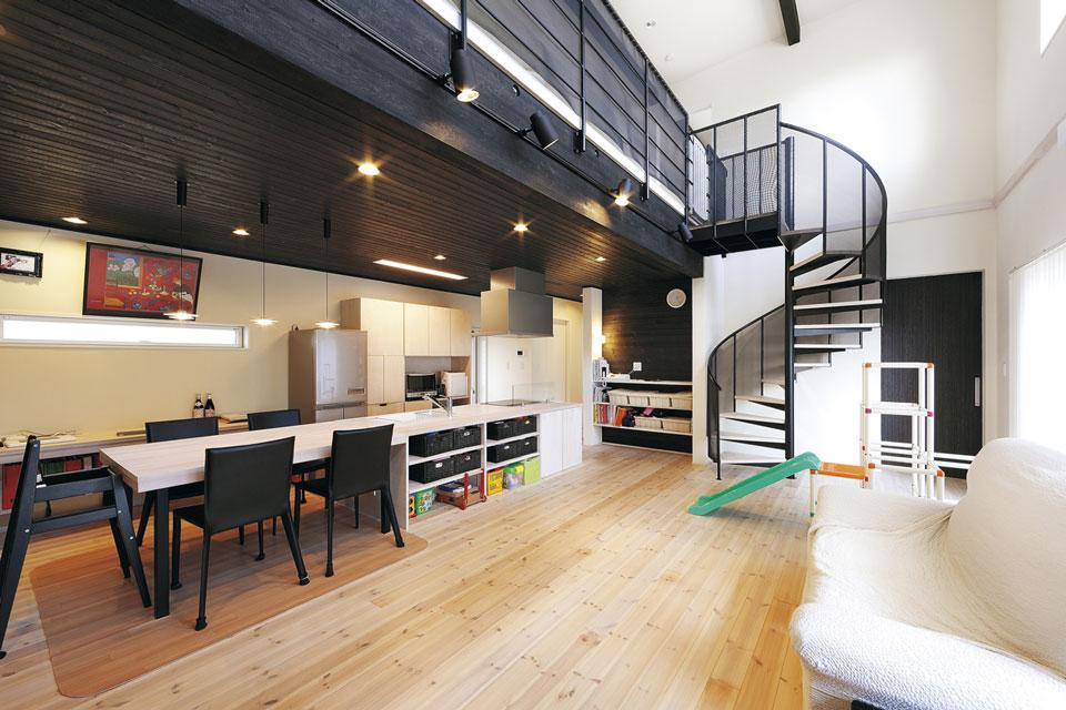 キッチンはダイニンクテーブルとカウンターをつなげて造作