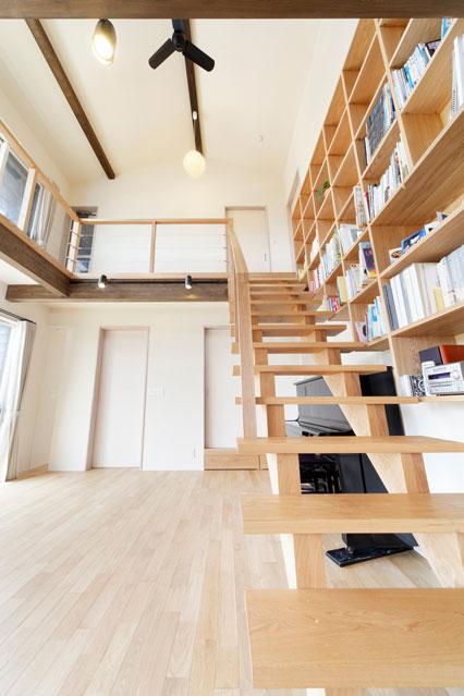 階段と本棚