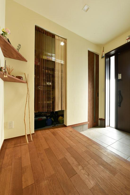 スキップフロアが遊びの空間を創る家_玄関