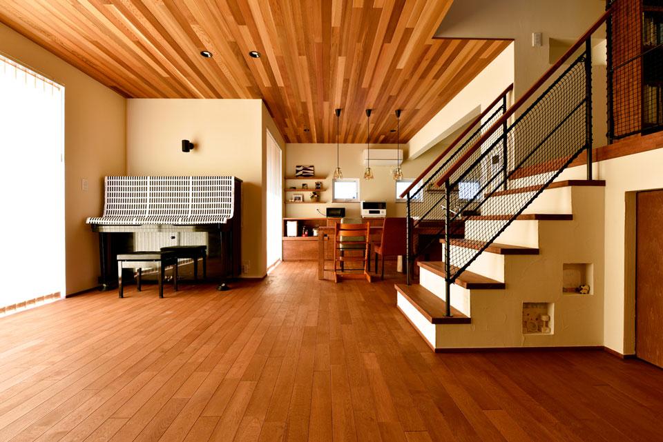スキップフロアが遊びの空間を創る家_リビング階段