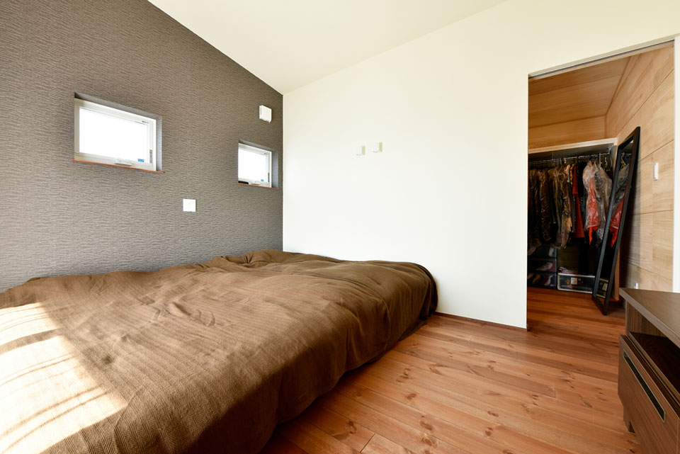 スキップフロアが遊びの空間を創る家_主寝室