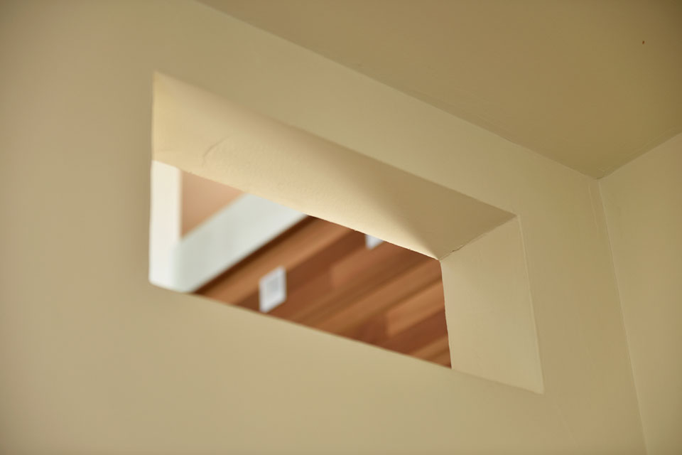 スキップフロアが遊びの空間を創る家_キッチン窓
