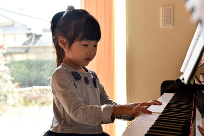 スキップフロアが遊びの空間を創る家_ピアノ演奏