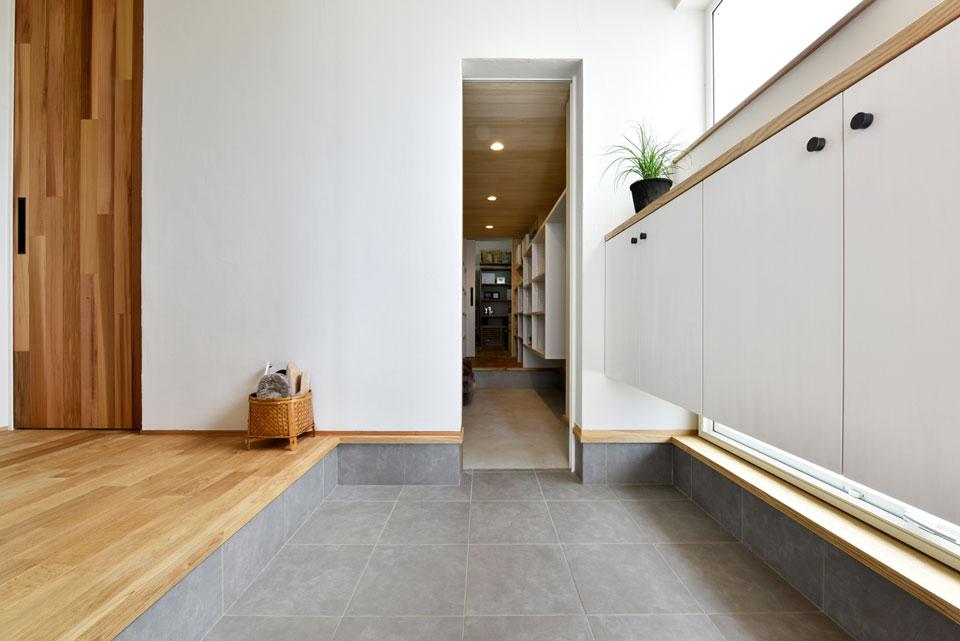 中2階のある螺旋状の家_玄関