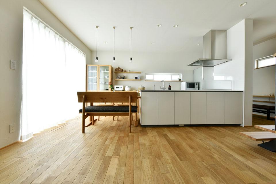 中2階のある螺旋状の家_ダイニングキッチン