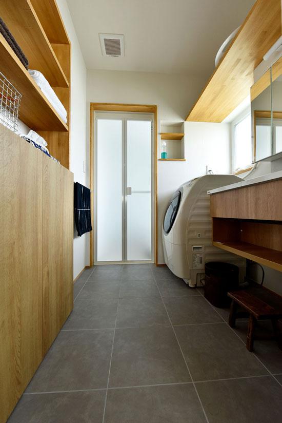 中2階のある螺旋状の家_キッチン収納