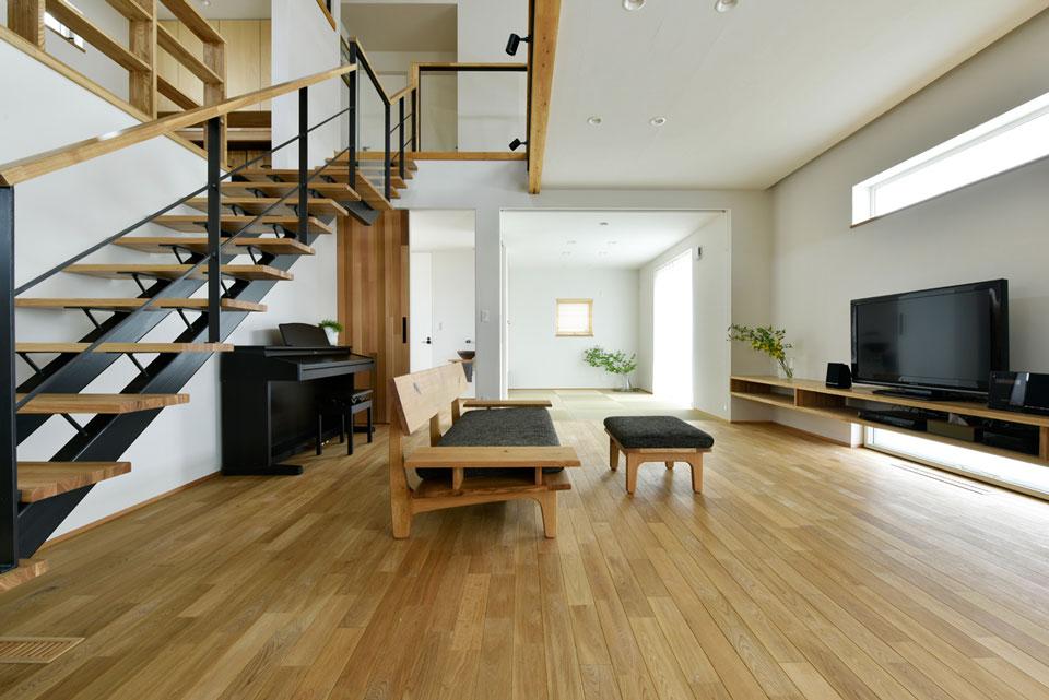 中2階のある螺旋状の家_リビング