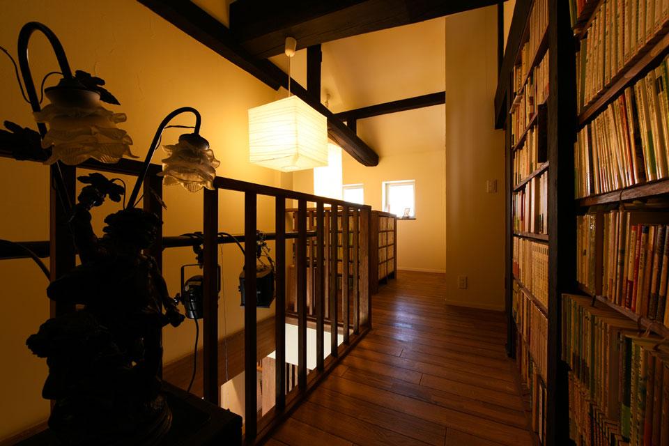 階段室を利用した書架のある家